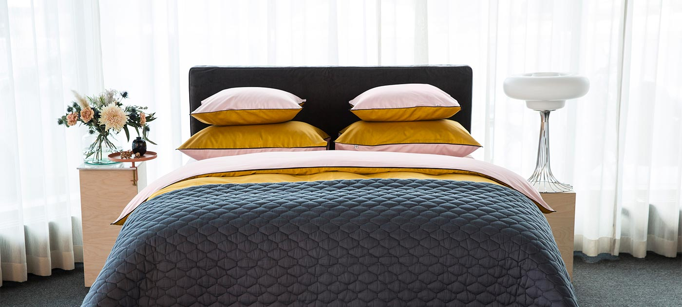 https://www.mille-notti.com/se/pub_docs/files/Custom_Item_Images/duetto_yellow_lightpink_bed_1400x630.jpg